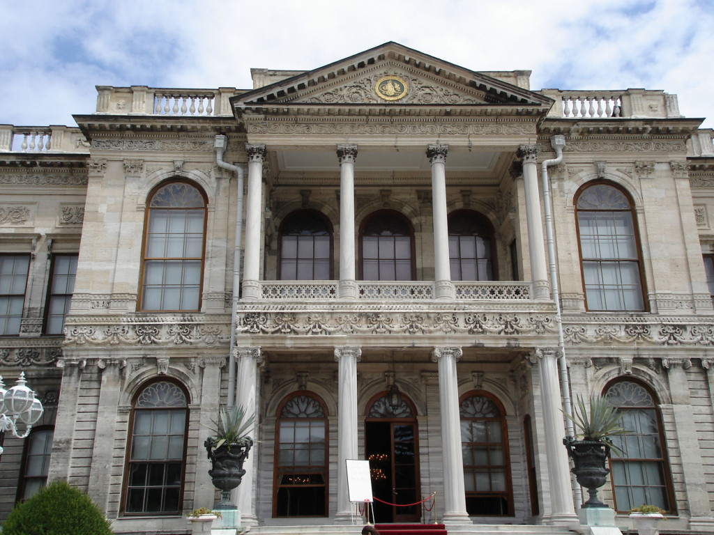 Istanbul_Dolmabahce_entrance
